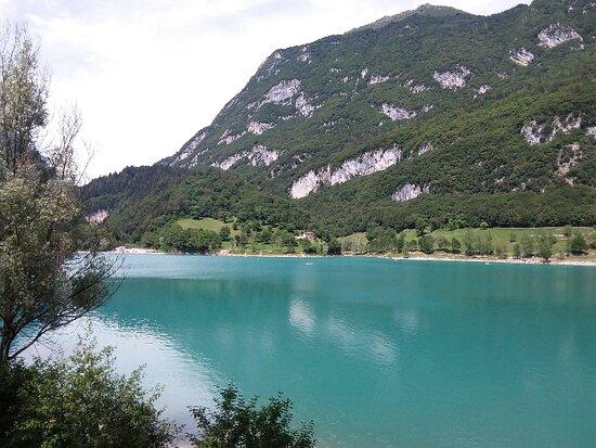 Lago di Tenno  è proprio come una pietra preziosa di color turchese incastonata tra i monti