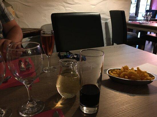 Sainte-Ode, Belgique : Grand choix d'apéritifs. Le maison est un régal.