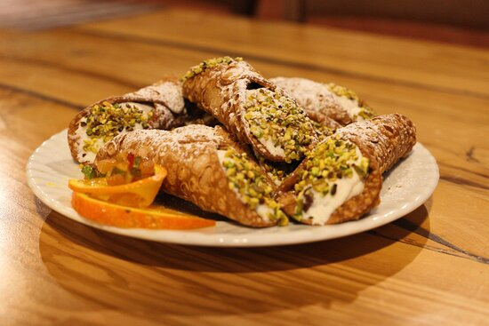 I dolci sono di scuola siciliana e preparati con cura direttamente dal Capocuoco,