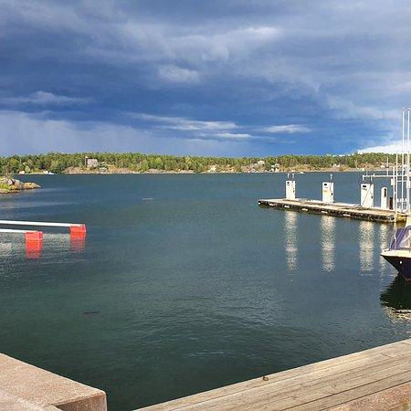 Arkosund, Svédország: Vi låg på Arkösunds Camping 1 vecka. Det är en fin camping med utsikt över skärgården. Prisnivån är bra men duscharna är de sämsta som jag har upplevt. Nu ska de i vinter bygga nya duschutrymmen. Omgivningarna är vackra. Kan varmt rekommendera Arkösund.