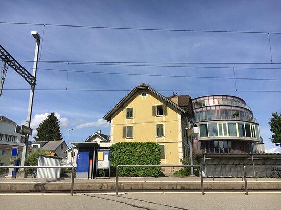 Bahnhof Oberkirch, mit Hotel Hirschen im Hintergrund