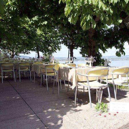 Wunderschöne Gartenwirtschaft mit Ausblick auf den Zugersee, im Schatten alter Kastanienbäume