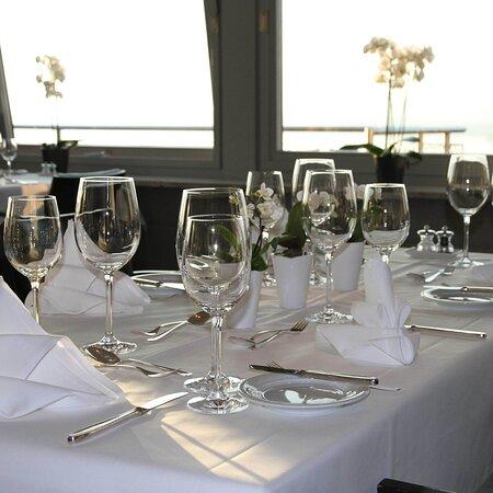 Speisesaal mit herrlicher Aussicht auf den Zugersee und das wunderschöne Bergpanorama
