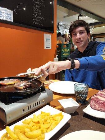 Cocinando para él mismo.