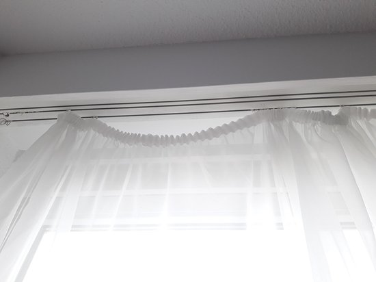 rideaux dont la plupart des crochets sont cassés ou inexistants