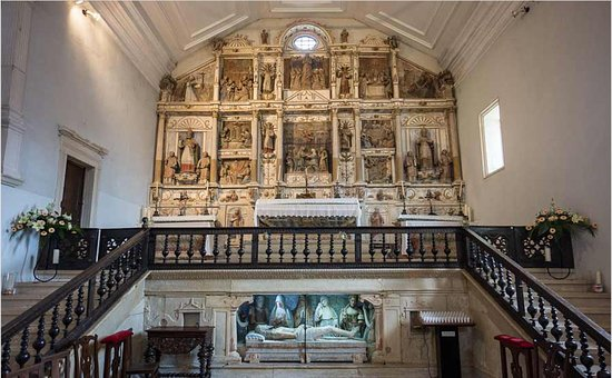 Portugal central, Portugal: The Interior of the Church of Misericordia is worth a visit. It consists of three altars combined into one altarpiece.