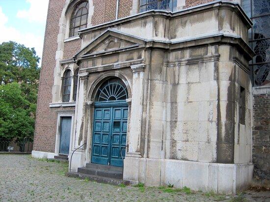 Die St. Peter Kirche, von außen betrachtet...