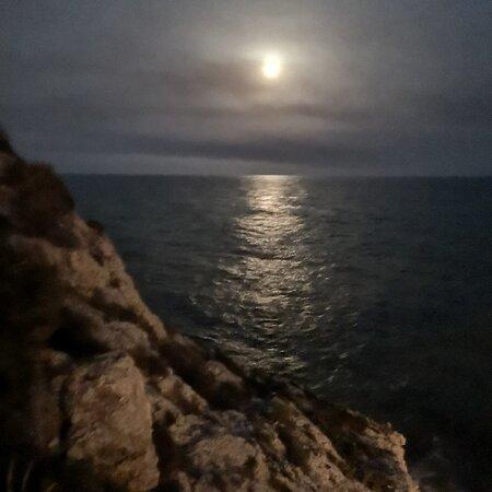 Rincon de la Victoria, İspanya: Entre roca, el mar, la luna.