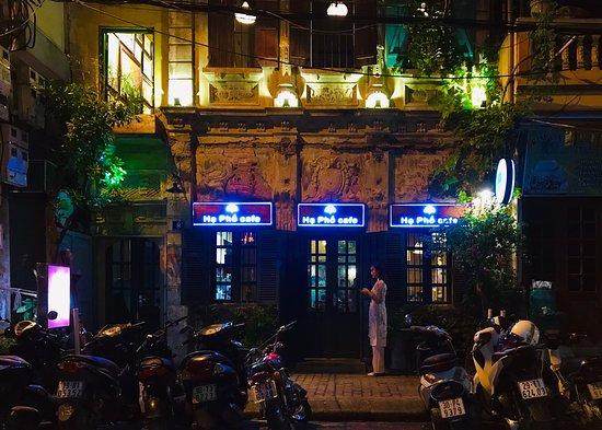 Mặt tiền quán về đêm.