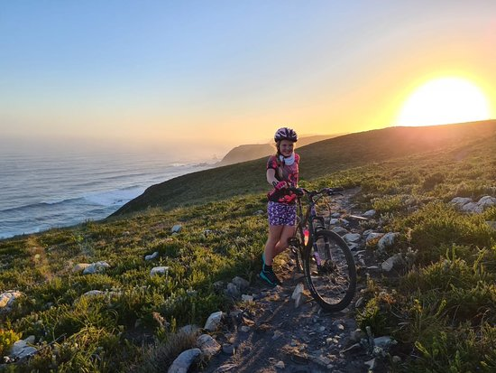 Plettenberg Bay, Zuid-Afrika: A sunset view from our coastal trails!