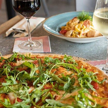 Achtung, nicht nur die Temperaturen werden immer heißer.   Auch unsere tolle Pizza Auswahl heizt dir so richtig ein!  Welche Zutat darf auf deiner Pizza niemals fehlen? .