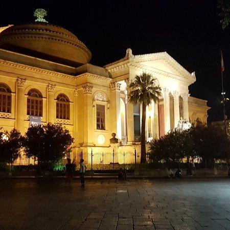 Il teatro Massimo a Palermo... uno dei più grandi del mondo! Bellissimo sedersi sui gradoni e assaporare una granita fresca.