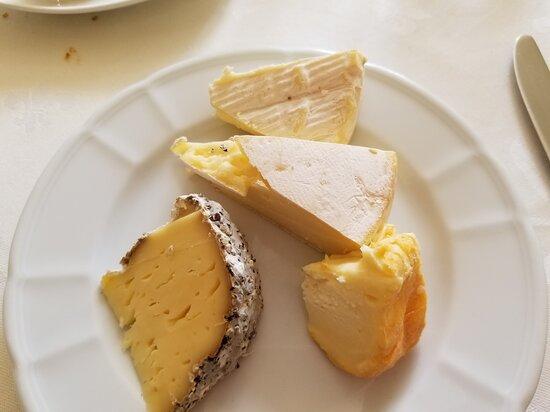 Ousson-sur-Loire, ฝรั่งเศส: fromages généreusement servis