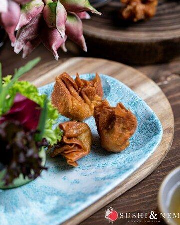 🥟😍CRISPY DUMPLINGS 😍🥟 Habt Ihr schon unsere knusprig gebackenen Teigtaschen mit Schweinefleisch und Garnelen probiert? Wenn nicht, dann probiert es unbedingt mal aus!  Dazu servieren wir Euch noch einen Mango-Chili-Dip und schon habt Ihr eine kleine leckere Vorspeise vor Euch!