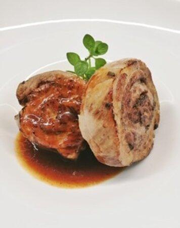 Porchetta di maialino e salsa di carni