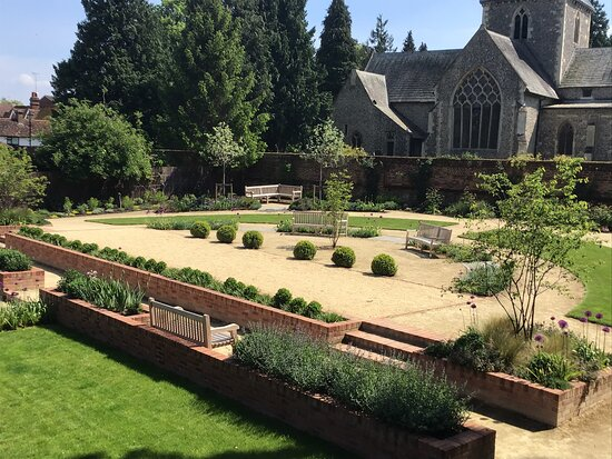 Crinkle Crankle Garden and Boules Court Wheathampstead