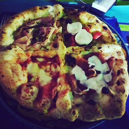 pizza Eduardo,fantastica..ottimo sia l'impasto  a lunga lievitazione,sia gli ingredienti della farcitura,da 5 stelle..caratteristica la location interna e parcheggio molto comodo. prezzi in linea con gli ingredienti di prima scelta.
