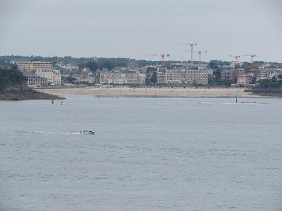La plage de l'Ecluse photographiée depuis le sommet du Grand Bé à Saint-Malo.