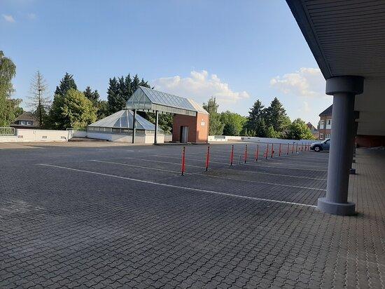 Alsdorf, Almanya: Kostenlose Parkplätze stehen Ihnen auf dem Parkdeck zur Verfügung. Achtung die Durchfahrtshöhe ist max. 190 cm.
