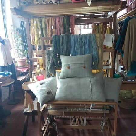 Il laboratorio di Tessitura a Mano, tintura naturale e filatura manuale