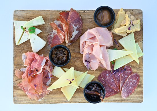 Il tagliere di affettati e formaggi italiani e mostarda Ποικιλία ιταλικών αλλαντικών, ιταλικών τυριών με μαρμελάδα Variety of Italian cold cuts and Italian cheeses (photo Matteo Beltrama)