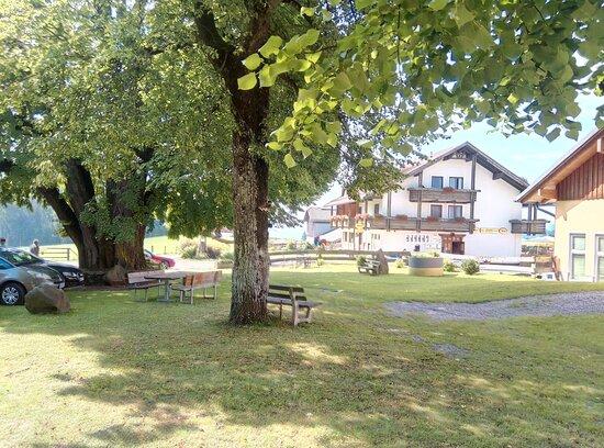 Prebl, Αυστρία: Blick vom Parkplatz- Kirchenvorplatz zum Gasthof/Hotel