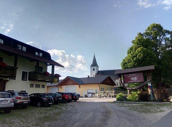 Prebl, Αυστρία: Parkplatz Gasthof mit Blick zur Wahlfahrtskirche