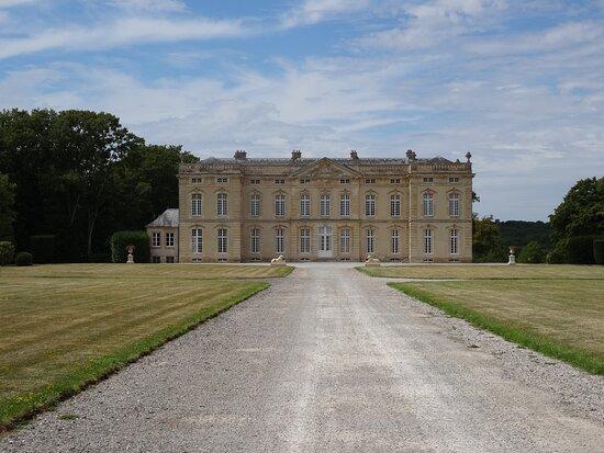Le Bourg-Saint-Leonard, Pháp: Vue du château depuis la grille