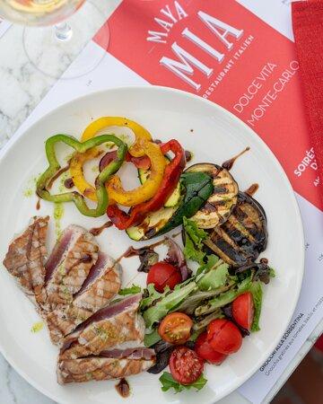 Pavé de thon grillé, petite salade et pommes de terre au four Grilled tuna steak with salad & roasted potatoes