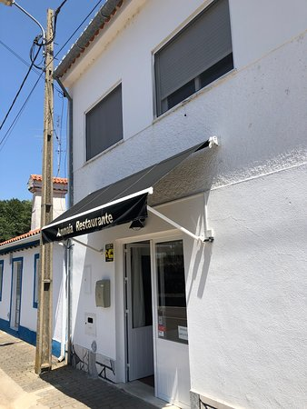 Sao Salvador da Aramenha, Bồ Đào Nha: Façade du restaurant...Il dispose d'une salle à l'arrière ouverte.
