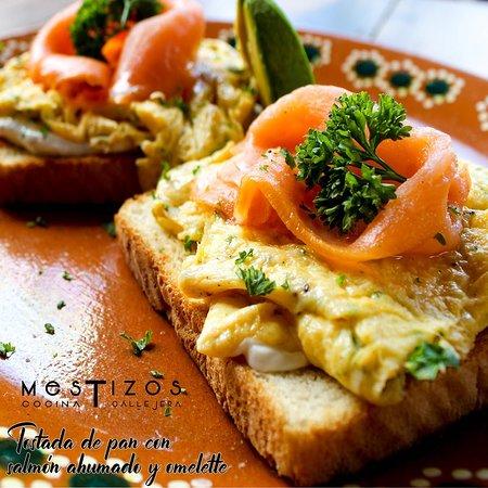 Tostada con Omelette y Salmón