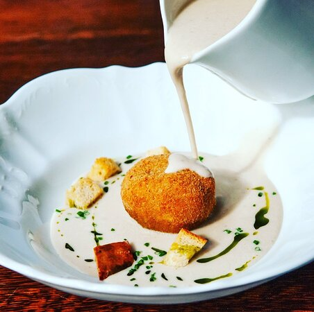 Cream of oyster mushroom with lentil croquette, thyme croutons and dill oil