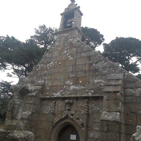 devant la chapelle
