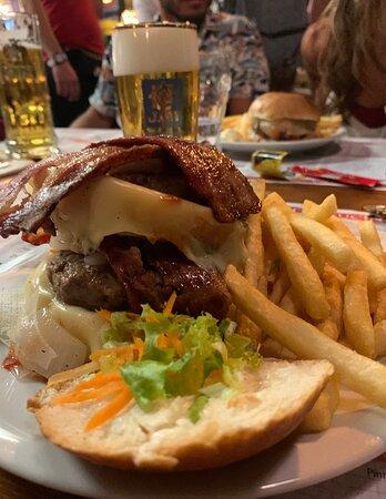 Cheesebacon Burger accompagnato da una Augustiner ben spillata buonissima!