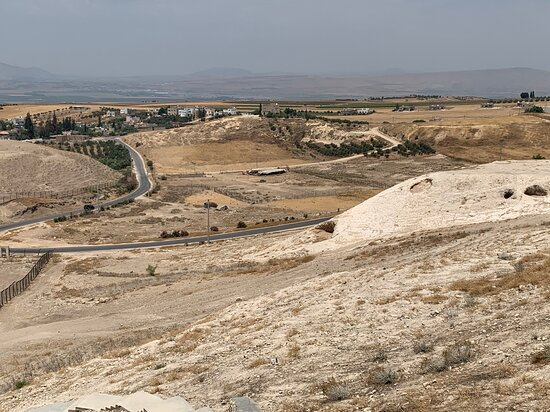 Irbid Governorate, Jordania: Road to Pella site up on the hill