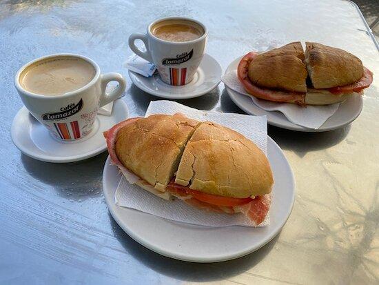 Hotel Restaurante Atalaya: Desayuno para dos personas.