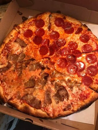 Levittown, NY: They make a sharp looking pizza!