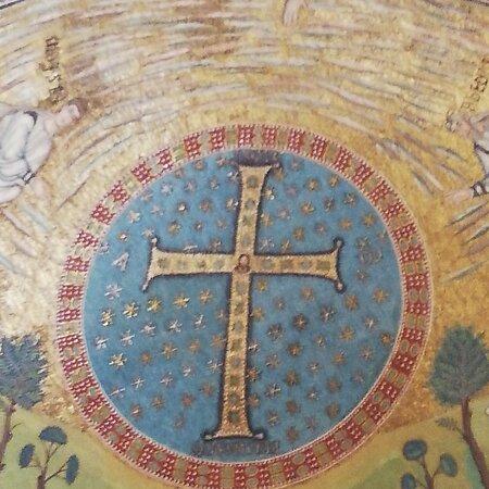 Classe, İtalya: Sopra la Croce con sfondo di un cielo stellato si intravede la mano di Dio