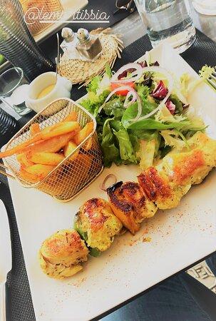 Brochette de poulet au curry, frites fraîches et salade (parfait pour l'été)