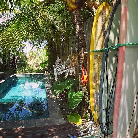 Canggu, Indonésie: Indian summer bali - Pool side and surfboards