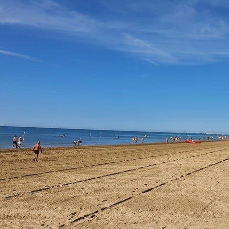 Bibione Pineda, Italy: La Spiaggia è pronta per una Domenica .... al mare !