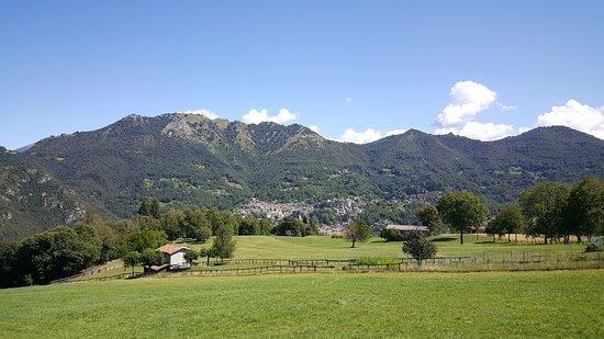 Esino Lario visto dalla località Ortanella, In alto alla foto e tutto a sinistra si nota il passo Agueglio che porta in Valsassina. (15 Agosto 2020).