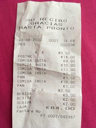 En el ticket no se especifica el concepto ni aparece el nombre de la bodega, una muestra más de la poca claridad que ofrecen en sus precios. Sé el precio del plato de pluma porque pregunté.