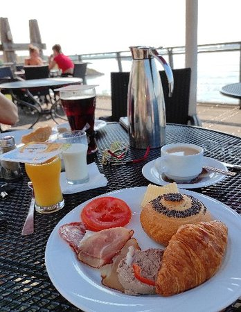 Tolles Frühstücksbüffet mit Rheinblick