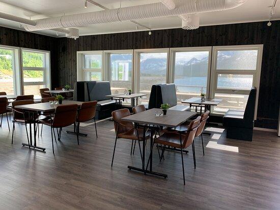 Nord-Lenangen, Noruega: Restaurant inside - very nicely furnished