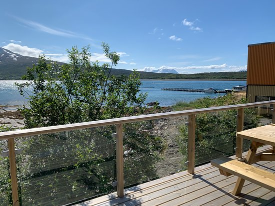 Nord-Lenangen, Noruega: dock in the background for boat and deck to enjoy lunch