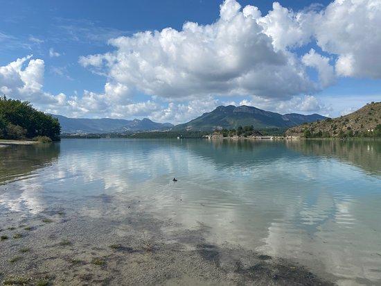 A quelques km d'Eyguians, en pleine nature, un petit lac artificiel préservé, calme, charmant, où il fait bon se baigner... Plage aménagée avec pelouse, sanitaires, snack (bof bof...) location de paddles.
