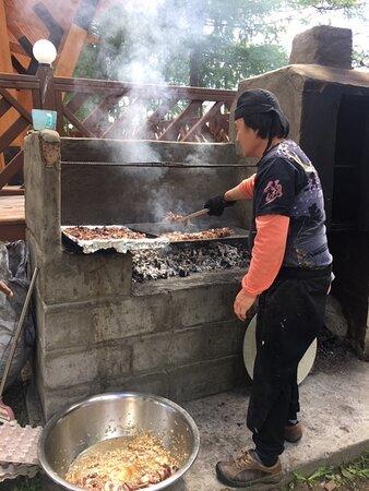 Khatgal, Mongolie : the cook doing fresh barbecue for dinner