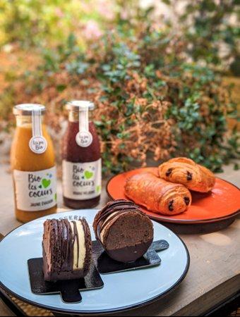 L'incontournable pain au chocolat pur beurre de Madame et le petit gourmand Yoyo Chocolat, avec son biscuit génoise cacao et bavaroise à la vanille crémeux chocolat!