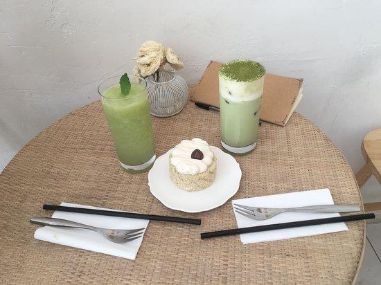 Gâteau: roll au thé noir Boissons: boisson au raisin blanc (à gauche) et tiramisu matcha (à droite)